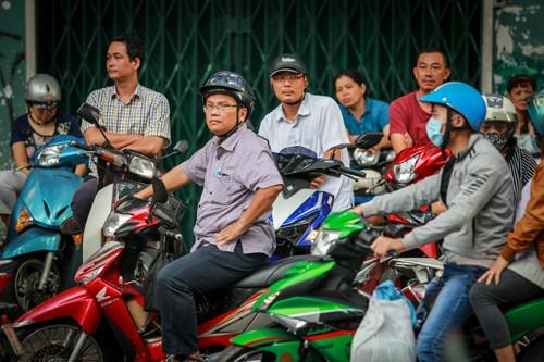 Phụ huynh chờ đón con trong kỳ thi tuyển sinh lớp 10 tại TP HCM. Ảnh: Thành Nguyễn.