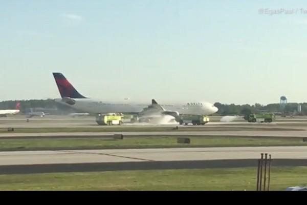 Máy bay Mỹ chở gần 290 người hạ cánh khẩn vì động cơ bốc khói