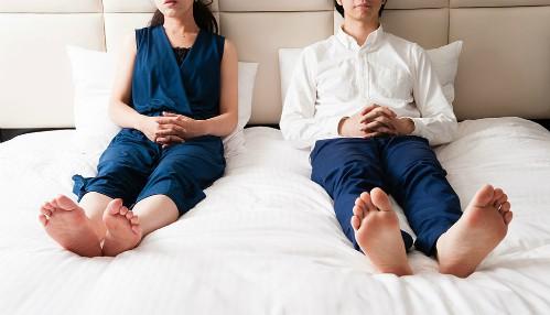 Nhiều cặp vợ chồng lâu năm lên giường không còn muốn đụng chạm tới nhau. Ảnh: Rodalewellness.