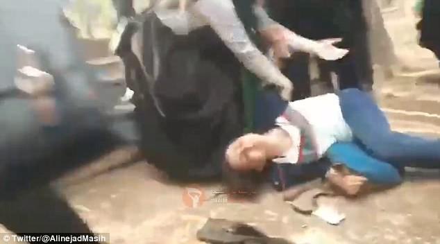 Cô gái bị đánh đập và nhục mà giữa chốn đông người.