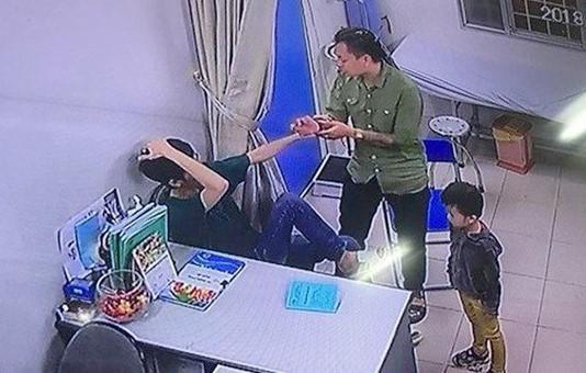 Bác sĩ bệnh viện Xanh Pôn bị người nhà bệnh nhân đánh khi đang thăm khám. Ảnh: Cắt từ clip.