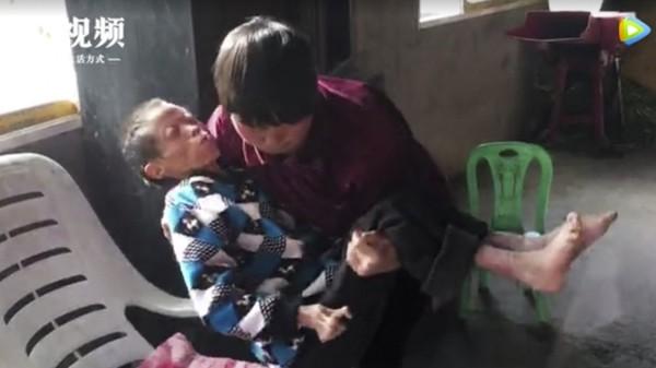 Người phụ nữ hơn 30 năm chăm sóc hàng xóm tàn tật như người thân