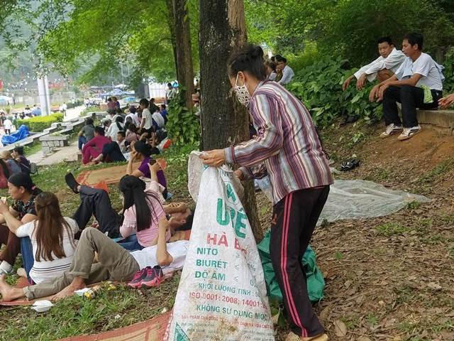 Những người thu gom rác hoạt động từ sáng đến tối tại đền Hùng.