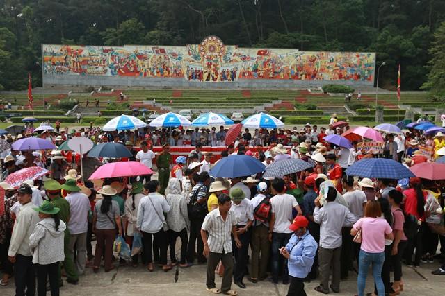 Phần thi giã bánh giày tại Lễ hội Đền Hùng đã thu hút đông đảo người dân.