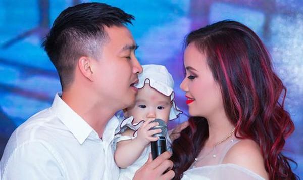 Hoàng Yến và chồng trẻ trong tiệc sinh nhật lần thứ 42 của cô diễn ra mới đây.
