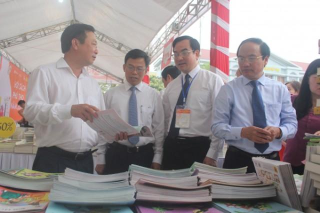 Lãnh đạo UBND tỉnh Phú Thọ tham quan các gian trưng bày sách.