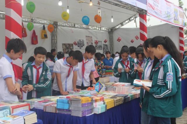Hội sách năm nay thu hút được rất nhiều các em học sinh trên địa bàn tham gia.