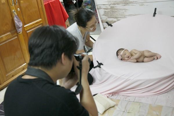 Hậu trường chụp ảnh trẻ sơ sinh cực kỳ ngộ nghĩnh
