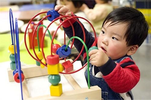 Phương pháp Montessori giúp trẻ phát triển tư duy độc lập, không dựa dẫm vào người lớn. Ảnh: Campaign Asia