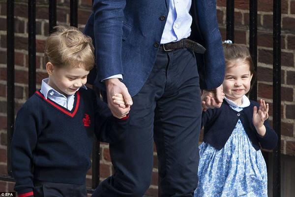 Các anh chị của hoàng tử bé cũng đến thăm mẹ và em trai.