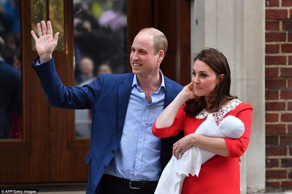 Cặp vợ chồng vui vẻ chào công chúng.