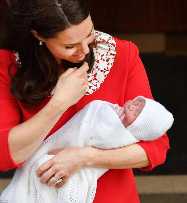Công nương Kate âu yếm nựng con.