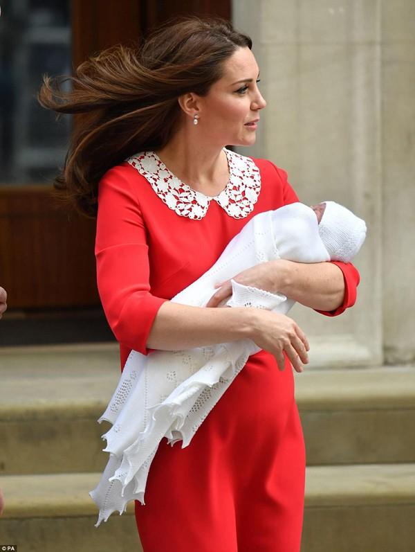 Công nương Kate quá xinh đẹp sau sinh 7 tiếng.