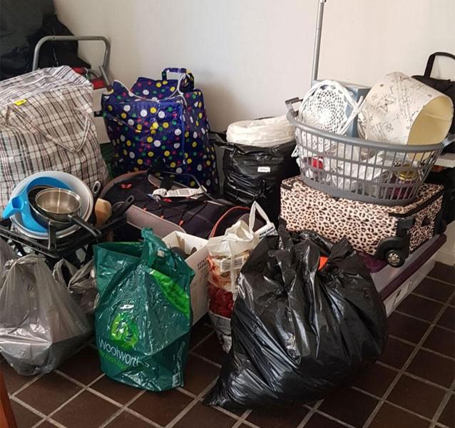 Đồ đạc mà Lone đóng gói chuẩn bị chuyển nhà thì bỗng chốc tan biến vì bạn cùng nhà tưởng là rác. (Ảnh: Internet)
