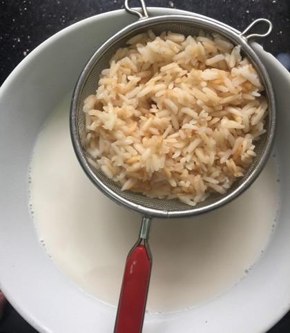 Lọc bỏ phần gạo đã rang để lấy phần nước gạo thơm ngon.