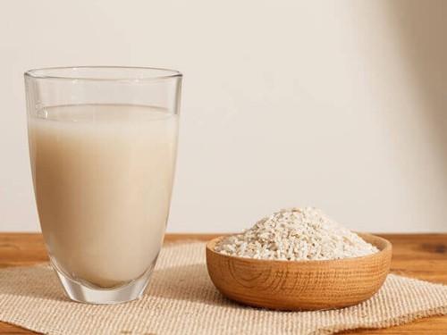 Nước gạo rang mát mẻ, dễ uống cho cả nhà. Ảnh: Layalina.