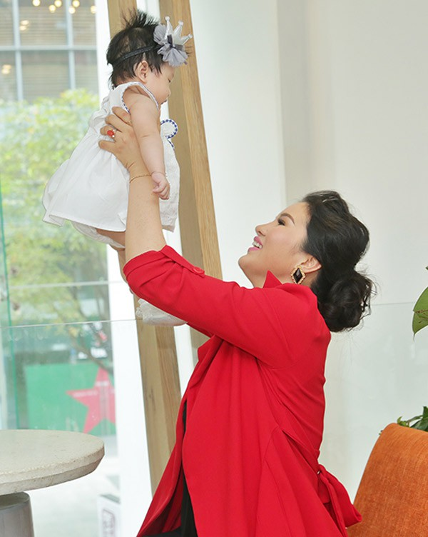 Người đẹp vui vẻ chơi đùa cùng thiên thần nhỏ.