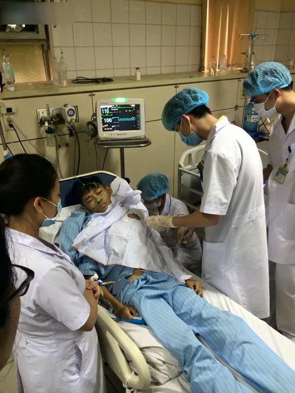 BS Lương vẫn tiếp tục công việc hàng ngày của mình ở khoa Hồi sức tích cực (BVĐK tỉnh Hoà Bình)