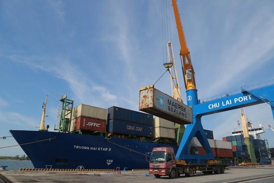 Lô linh kiện xe bus đầu tiên được chuyển lên tàu để xuất khẩu sang Kazakhstan (tháng 8/2017).