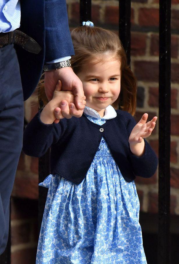 Trong khi anh trai có vẻ rụt rè trước ống kính phóng viên thì nàng công chúa lại hớn hở hơn. (Ảnh: Internet)