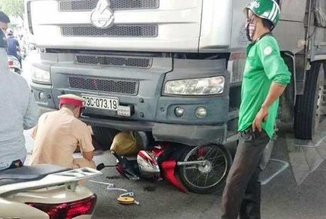 Va chạm ở ngã tư, người phụ nữ tử vong dưới gầm xe tải