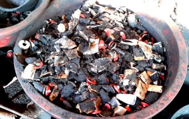 Trước đó, cơ quan chức năng phát hiện cơ sở ở Đắk Nông dùng than pin Con Ó trộn vào phế phẩm cà phê. Ảnh T.L