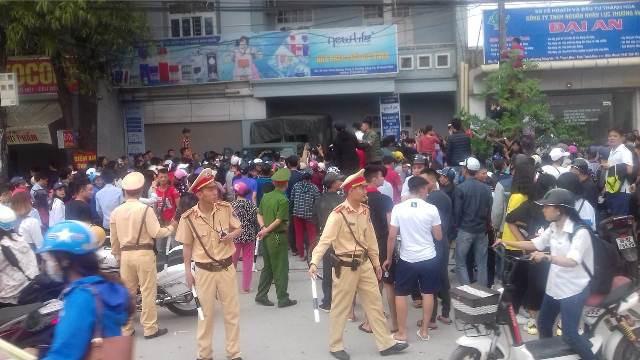 Người dân hiếu kỳ đứng xem khiến đoạn đường Quốc Lộ 1A bị tắc nghẽn