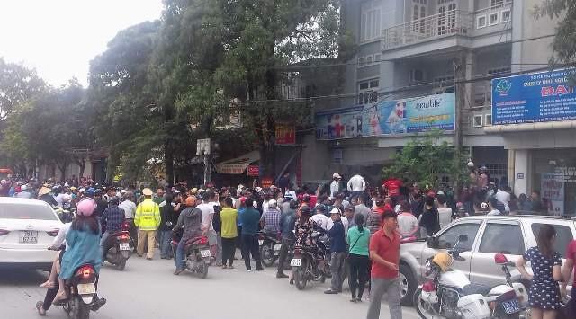 Hàng trăm người dân vây quanh, xem lực lượng công an khám xét