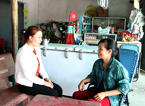 Bà Đinh Thị Ngọc Chính (trái), cán bộ DS-KHHGĐ Trạm Y tế xã Đông Phước A đến tận hộ gia đình để tư vấn tuyên truyền. Ảnh: Hồng Nhung