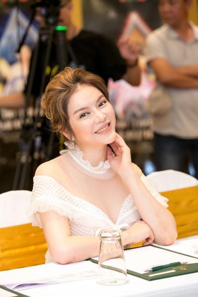 Lý Nhã Kỳ tươi tắn xuất hiện tại buổi ra mắt chương trình Ảo thuật siêu phàm tại Hà Nội (Ảnh: H.B.N)