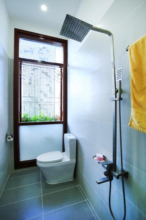Ngay cả các khu WC cũng có thể mở cửa sổ rộng lấy sáng.