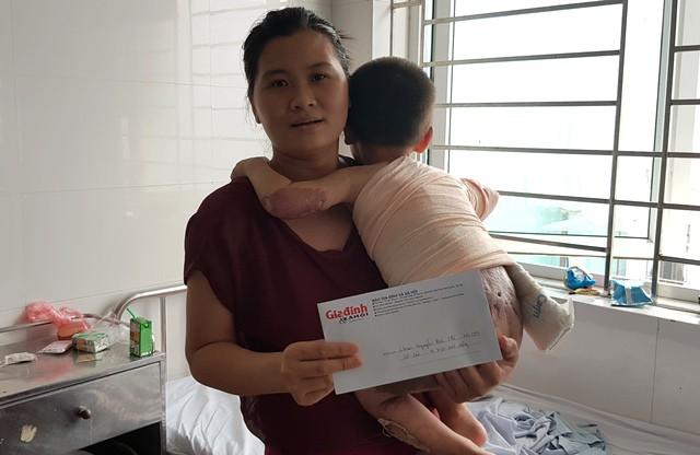 Chị Phạm Thị Lâm đón nhận số tiền 4.750.000 đồng của bạn đọc ủng hộ thông qua Quỹ Nhân ái - Báo Gia đình & Xã hội.