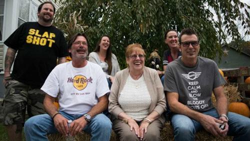 Keith (ngoài cùng bên phải) có công lớn tìm lại em trai Scott Winter (hàng đầu tiên bên trái) đoàn tụ gia đình sau 49 năm. Ảnh: Wamu.