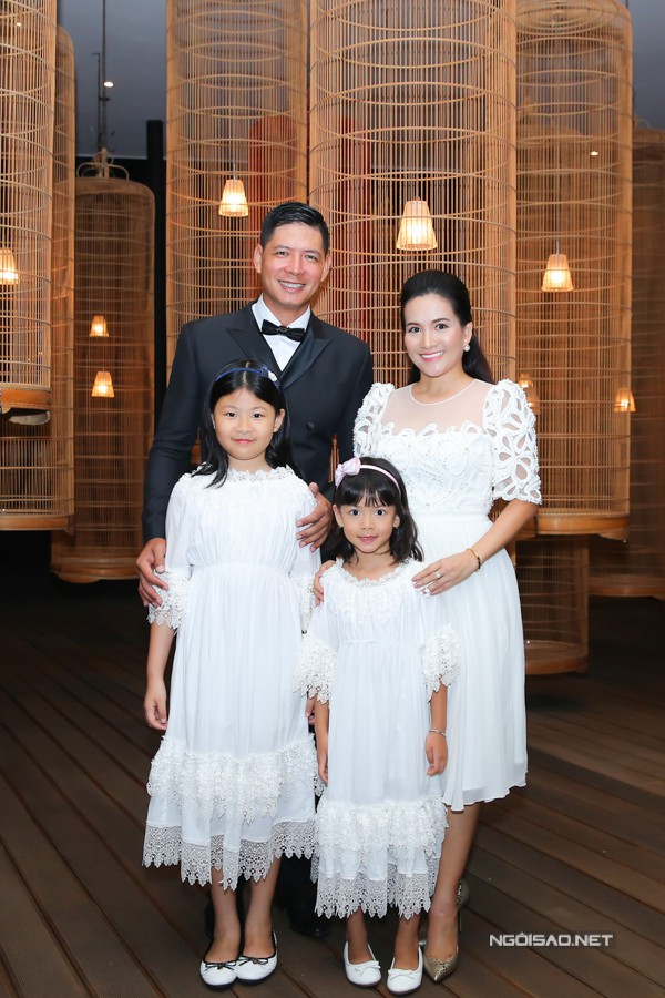 Hai con gái của Bình Minh - Anh Thơ là bé An Nhiên, An Như cũng có mặt bên bố mẹ trong ngày vui này.