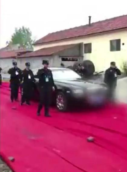Dàn bảo vệ hùng hậu cho đám cưới. Thảm đỏ trải hàng km trên con đường vào đến nhà cô dâu. Ảnh: ifeng.