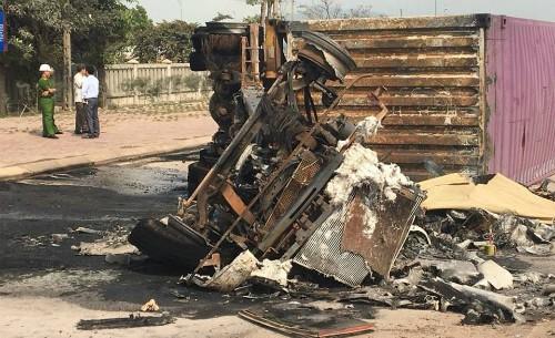 Xe đầu kéo bốc cháy, hai người tử vong trong cabin