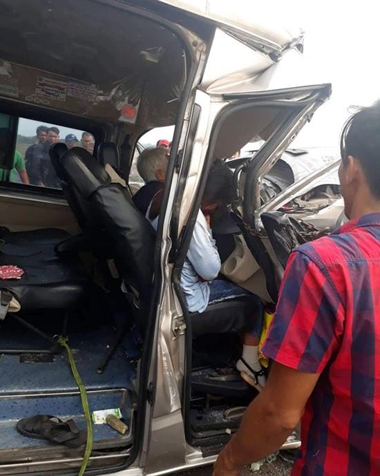 Trên xe Toàn Thắng có khoảng 10 hành khách đi từ TP HCM về Vũng Tàu, trong đó hai người ngồi ghế sát tài xế xe bị kẹt. Cả hai được mọi người xung quanh giải cứu, đưa đi bệnh viện.