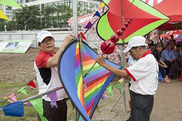 Nhiều người cao tuổi vẫn giữ đam mê với thú vui thả diều.