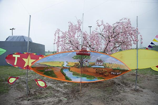 Một chiếc diều sáo được vẽ trang trí cảnh đồng quê bắc bộ.
