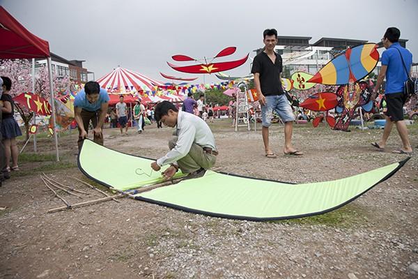 Chiếc diều có chiều dài hơn 3 mét đang được lắp ráp để thả tại lễ hội.