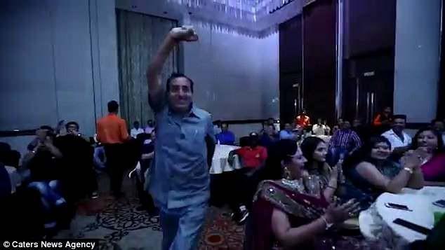 Đang nhảy múa mừng nhận giải, doanh nhân Ấn Độ gục xuống tử vong