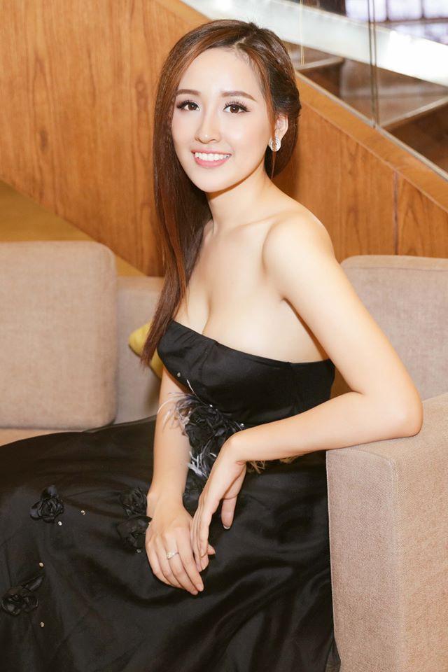 Người đẹp cũng thường xuyên chia sẻ hình ảnh khi đi du lịch nhiều nước trên thế giới.