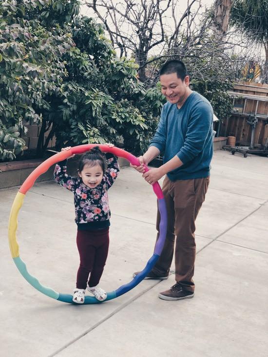 Trong mắt nữ diễn viên, ông xã là người đặc biệt yêu các con. Anh luôn tận dụng mọi thời gian rảnh để dạy học cho Sonic và chơi đùa cùng con gái Yvona.