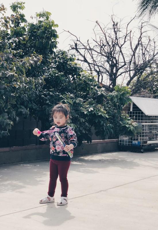 Khi được hỏi về ý định sinh thêm em bé, Kim Hiền cười nói rằng, vợ chồng cô hài lòng với tổ ấm một trai, một gái.