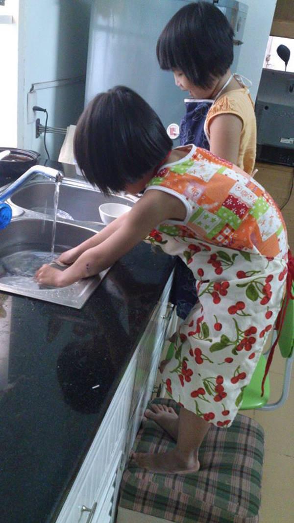 Chị Thu Hà thường xuyên gần gũi, làm bạn với hai cô con gái của mình