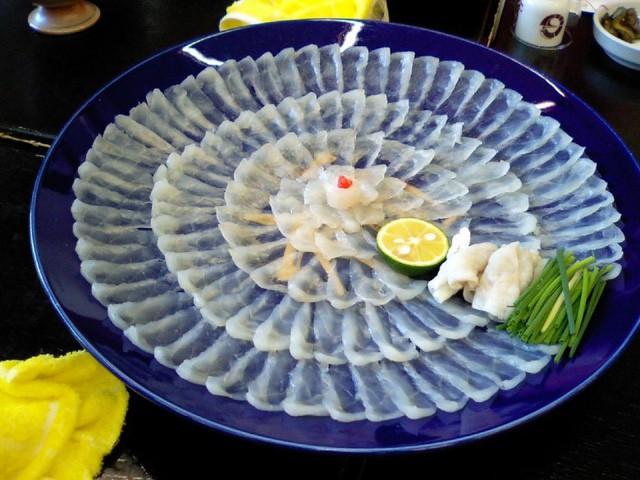 Mỗi đĩa cá nóc là một kỳ công khoa học của nghệ thuật chế biến và trang trí.