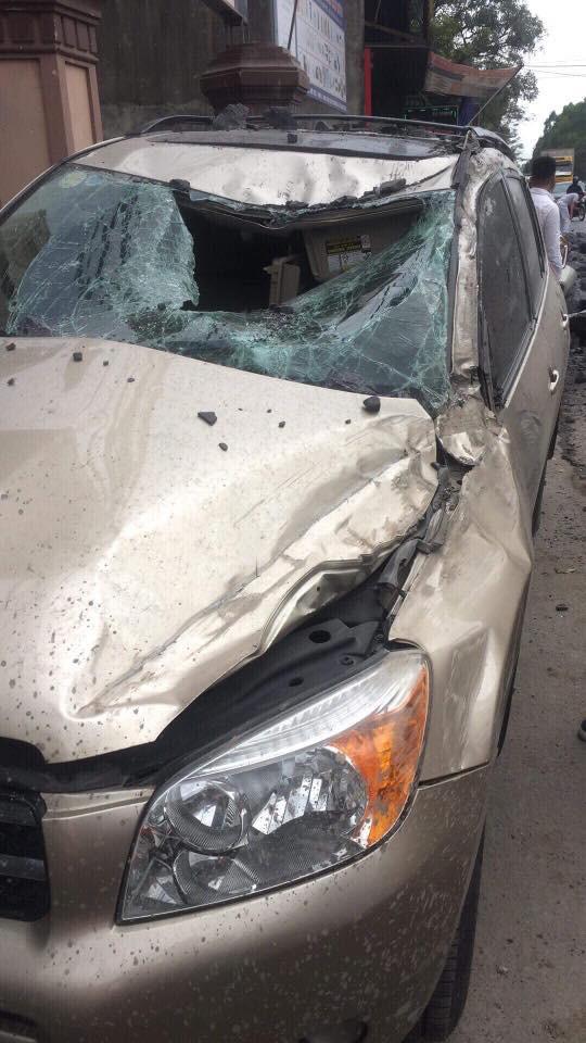 Chiếc xe con bị hư hỏng.