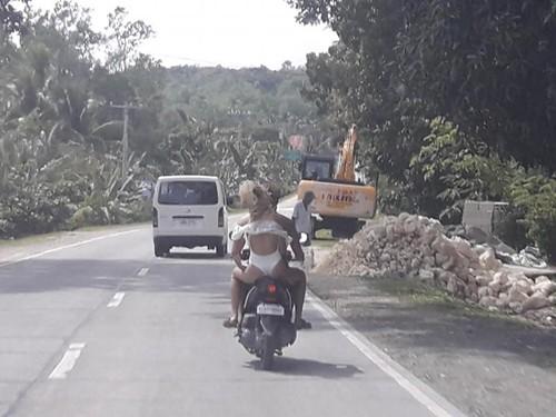 """Người mẫu bị cảnh sát """"tuýt còi"""" vì mặc hở hang đi xe máy ở Philippines"""