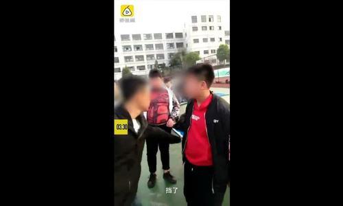 Nữ sinh Trung Quốc gây phẫn nộ vì dùng xấp tiền 'tát' bạn nam