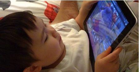 Bố mẹ quẳng cho con chiếc ipad để tránh bị phiền nhiễu là một dạng bỏ rơi con. Ảnh minh họa